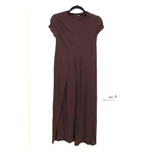 MAROON / BURGUNDY TEE. FRONT SLIT. SIZE SM. NEW!