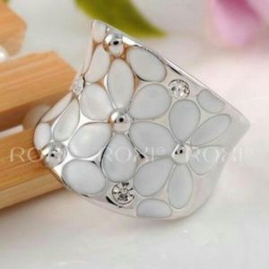 Jewelry - Beautiful Floral Ring