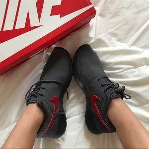 Nike Shoes - Nwt Nike roshe 🐺
