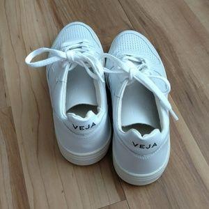 Veja Shoes - NWOT Veja V 10 white sneakers