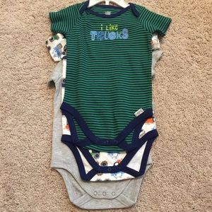 Lamaze Other - Lamaze NWOT 6-9month Onesie Set