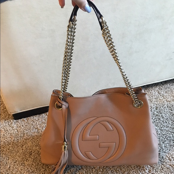 66d845afd881 Gucci Handbags - 😍Gucci Soho Leather Medium Chain-Strap Tote Beige