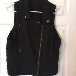 Blk cotton vest w zip pockets, collar, adj straps.