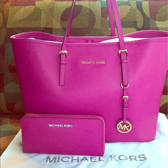 7bab904a31d301 Michael Kors Jet Set Travel Large Tote With wallet.  M_5922d883620ff7f7590c99aa