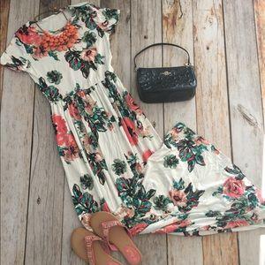 Dresses & Skirts - Ivory white floral side pocket maxi dress