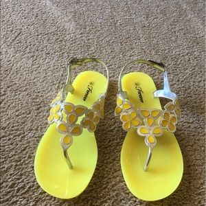 Shoes - Cute An fun yellow jelly sandals