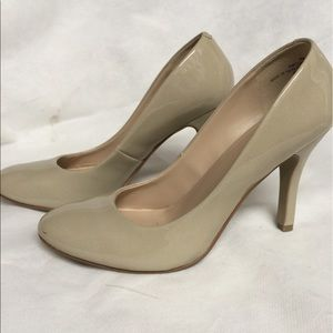 Shoes - Nude patent leather pumps