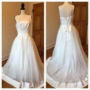 Vintage Wedding Dresses & Skirts - Vintage lovely off white wedding dress w/ train 💕