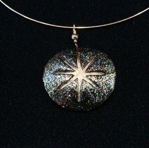 Jewelry - Thin collar necklace with sparkling shell pendant
