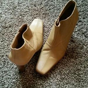 Diba Shoes - Nearly new Diba tan leather booties sz 10