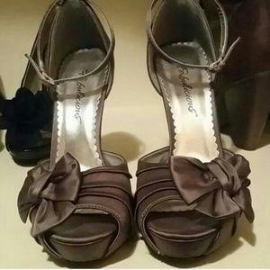 Shoes - Cute Grey Heels sz 6
