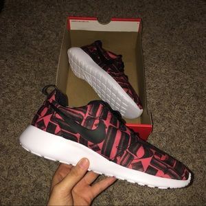 New Nike Roshe One Print size 8!