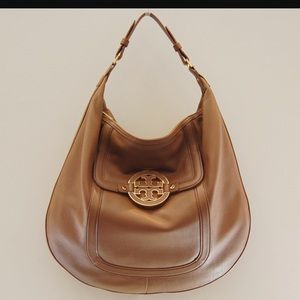 Tory Burch Handbags - Tory Burch Amanda Flat Hobo