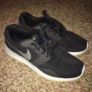 nike sold nike roche all black running tennis shoes