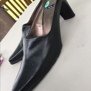 me too Shoes - Women's me Too Black Leather Mules Size 11M NWT