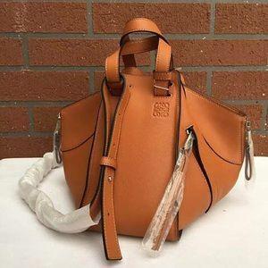 Loewe Handbags - Loewe Hammock Small size(Tan)in hand