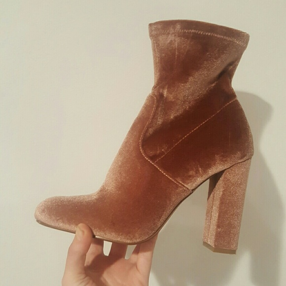 0237bad1928 STEVE MADDEN EDIT 8.5 BLUSH VELVET BOOTIES. M 59276bbdb4188e5417018dc0