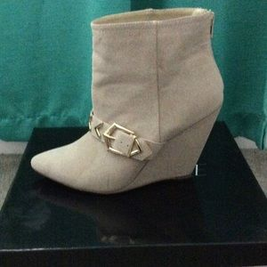sophia & lee Shoes - Cream suede ankle boots