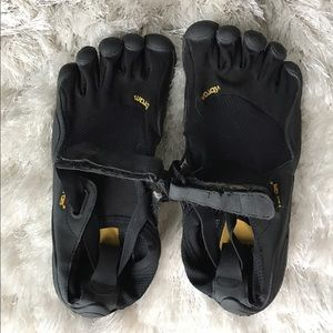 Vibram Shoes - Vibram 5 toes barefoot sneakers - never worn!