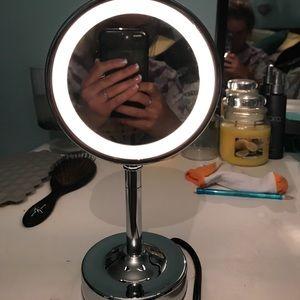 Makeup mirror w light