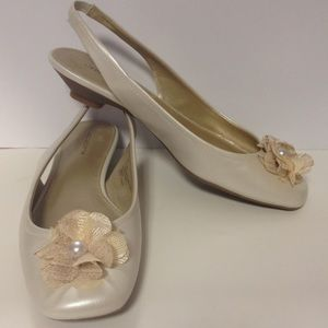 Liz Claiborne Shoes - Liz Claiborne flats shoes ivory bow pearl 7 1/2
