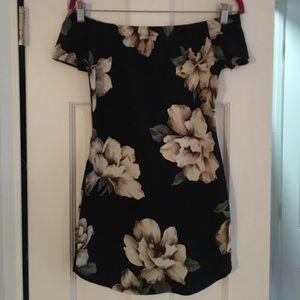 a'gaci Dresses & Skirts - Floral Off the shoulder body con dress