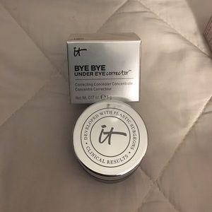 it Other - It bye bye under eye corrector in light