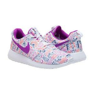 Nike Shoes - Nike Roshe Run Premium