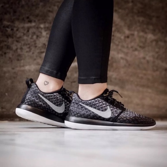 wholesale dealer 0968d f6830 Women's Nike Roshe Two Flyknit 365 Sneakers NWT