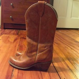 Wolverine Shoes - Wolverine tan cowgirl boots in size 7 n