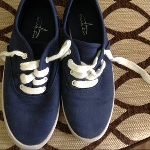 Girls Sz 2 Canvas Shoes 
