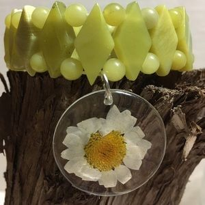 REAL Daisies flowers 🌺 bracelet Gemstone beads!