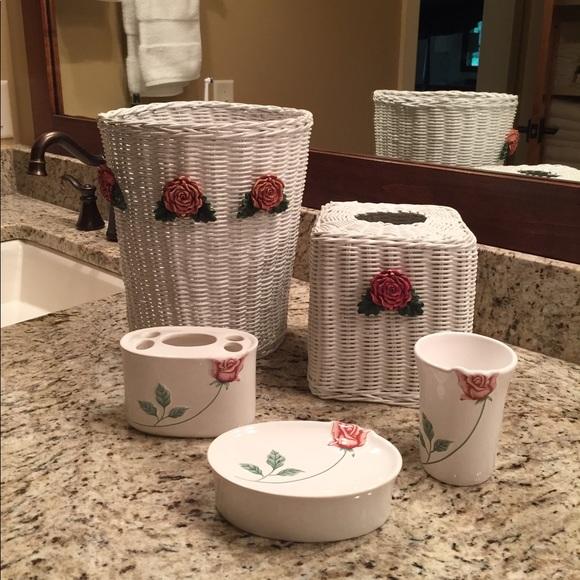 Vintage 5 Piece White Wicker W Roses Bathroom Set