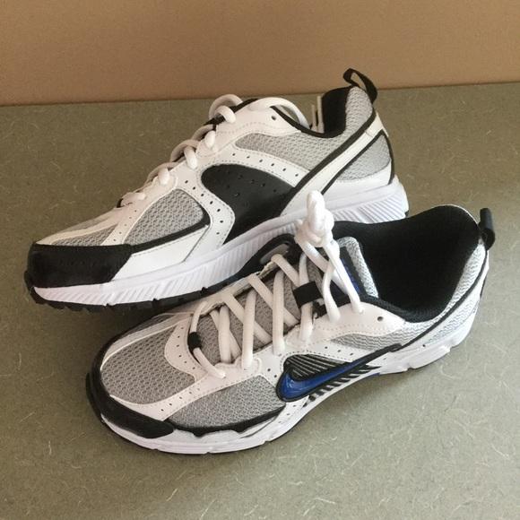 new styles 358e2 5f23b NWOT Nike Boys Sneakers. M 593350c09c6fcfb147040b69