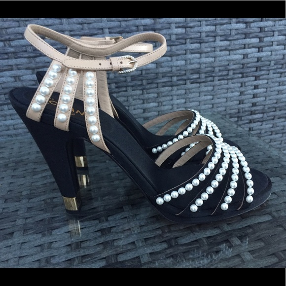 7886fcb22049 New Authentic Chanel Pearl Sandals Paris in Rome