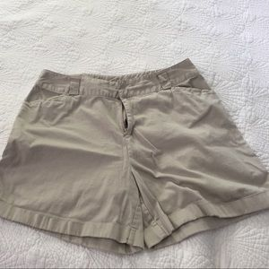 Classic khaki shorts with a cuff