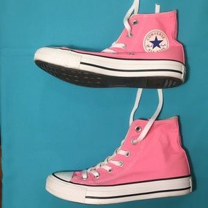 Converse Shoes - Converse shoe size 6.5 and in the color🎀 !😍
