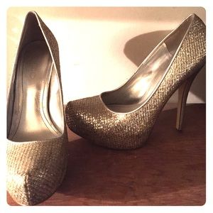 Beautiful Sparkly Aldo pumps in silver and gold