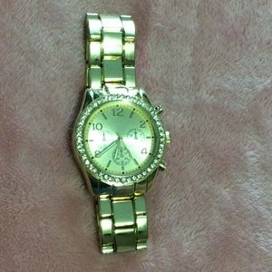 BRAND NEW Gold fashion watch.