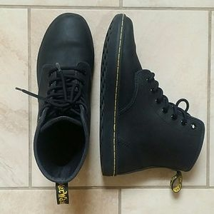 NEW Dr. Martens Leather Shoreditch lace up Boots
