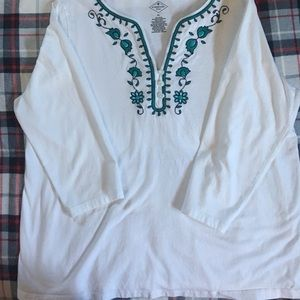 White tee top with turquoise stitching, 3/4 sleeve