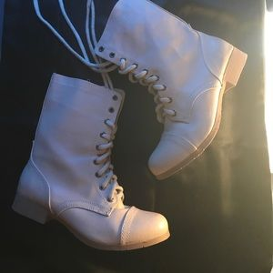 Soda Shoes - Nwot Modern cream combat boots. 8.5