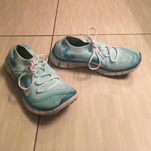 nike two tone blue nike tennis shoes slip on size 8 5