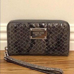 Michael Kors Handbags - 👛LOOK NEW-MIchael Kors Snakeskin Print Wristlet👛