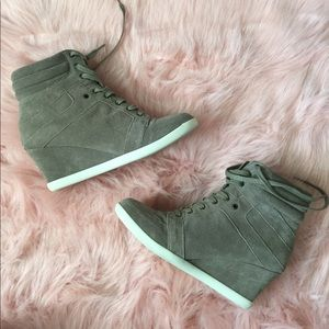 Shoes - Steve Madden Sneaker Wedge suede 9.5M Taupe
