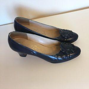 Vintage Ferragamo flower pump heels 🎀