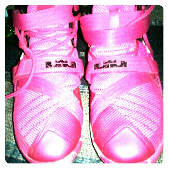 the latest a3fe7 069ee LeBron James Soldier 9 lx Pink Cancer shoes