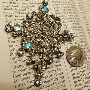 VINTAGE BROOCH REFLECTS SO MANY DIFFERENT COLORS