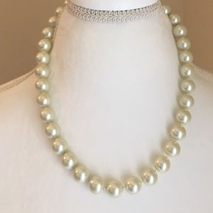 Jewelry - Stunning Pearl Necklace