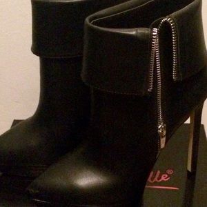 Size 7 1/2 Black low boots